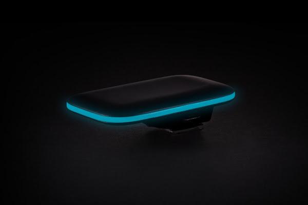 Pulse 有會發藍光的邊,裝在單眼機身的熱靴上看起來很酷,數位時代翻攝於 Pulse 官網。