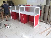 Produksi Meja Sekat Partisi Kantor Kaca Bongkar Pasang
