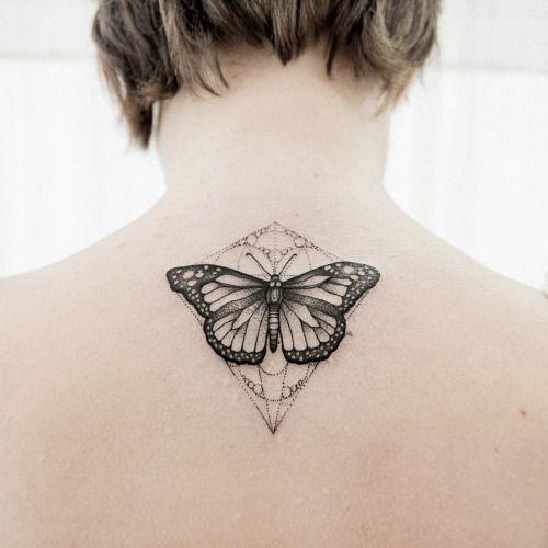 Borboleta preta com Linhas Geométricas em Volta da Tatuagem