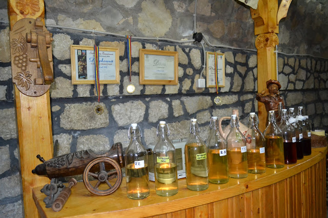 soiuri de vin pregatite pentru degustare in crama Pietroasa