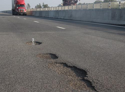 Đường cao tốc Đà Nẵng - Quảng Ngại hư hại nặng nề sau 1 tháng thông xe