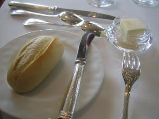 小さなフランスパンと無塩バター