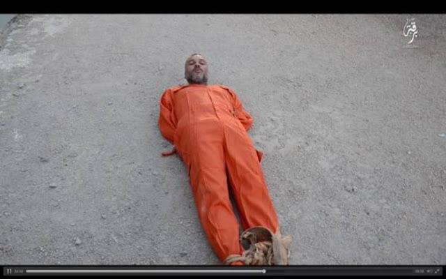 داعش يسحل رجلاً حياً! وآخر يفتح قبره بيده...احدى ابشع جرائم تنظيم داعش!