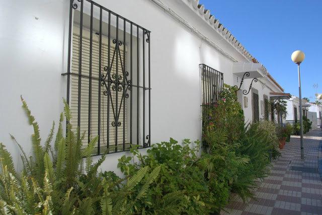 bielone fasady domków Hiszpania