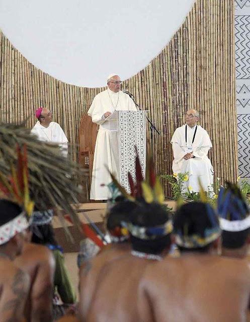 """Francisco em Puerto Maldonado. A nova evangelização não visa tirar os índios do primitivismo e da superstição. Mas iniciar os futuros """"ex-civilizados"""" na integração com a natureza divinizada"""