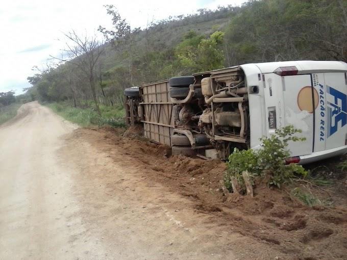 Ônibus da Falcão Real que saiu de Jacobina para Amargosa tomba em Mundo Novo
