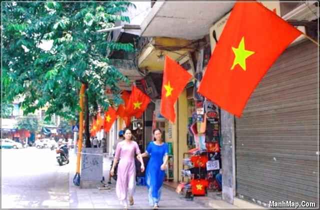 Khắp các con đường treo cờ chào mừng ngày Quốc khánh