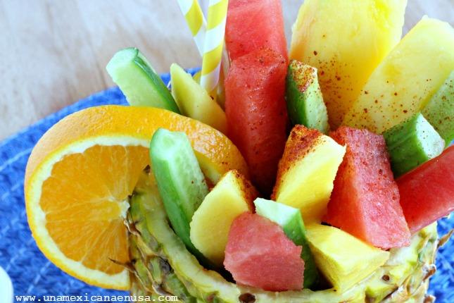 Piña rellena de fruta preparada como en las playas de México