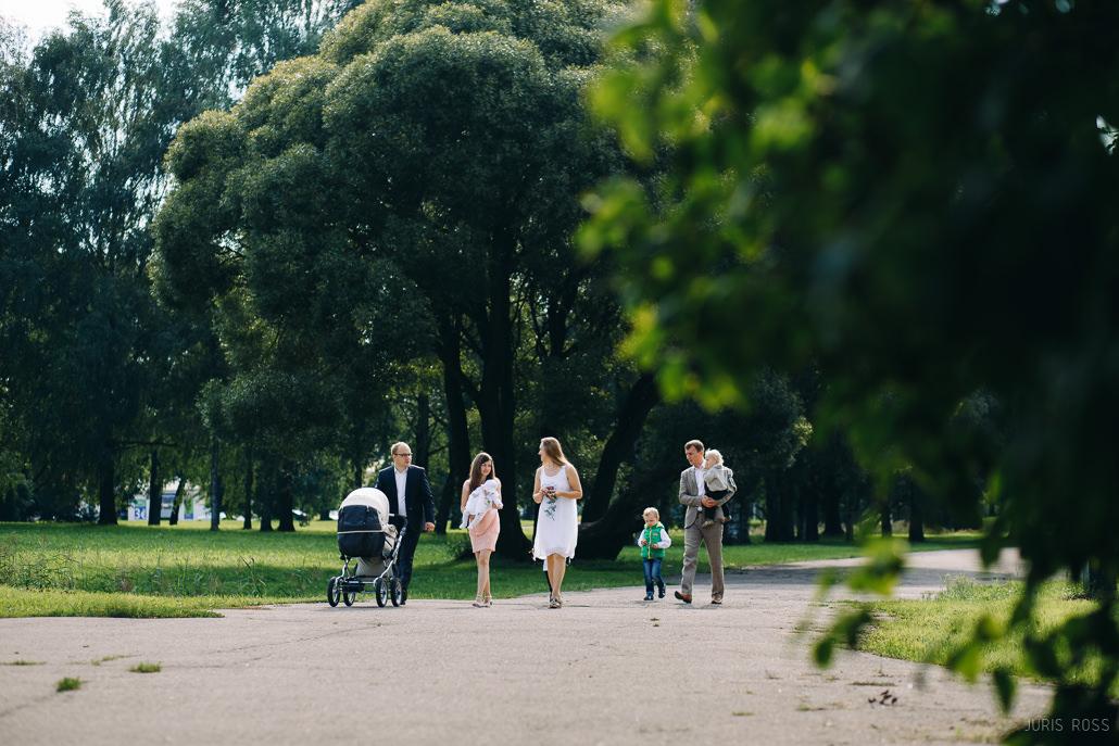 ģimenes fotosesija parkā