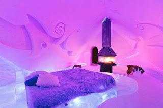 Di dunia ini ada banyak sekali tempat-tempat yang indah, menyenangkan dan bernuansa es. Bagi anda suasana yang berbeda dan sangat mengidamkan , tak ada salahnya berkunjung anda ke tempat-tempat berikut ini : 1. Hotel de Glace di Quebec, Kanada    Hotel es ini menjadi satu-satunya hotel di Amerika Utara yang dibangun dengan menggunakan es. Hotel ini dibangun kembali setiap tahun, dimulai pada bulan Desember dan bertahan sampai dengan bulan Maret. Hotel ini memiliki kamar sebanyak 44 buah dan setiap kamarnya dilengkapi dengan tempat tidur yang terbuat dari balok es yang di atas tempat tidur tersebut disediakan pula kantong tidur yang terbuat dari bulu agar tamu yang menginap tetap hangat. 2. The Balea Ice Hotel in Cirtisoara, Romania    Terpencil di Fagaras Pegunungan Rumania, hotel es ini hanya dapat diakses dengan mobil khusus. Di hotel ini pula dibangun sebuah restoran es, bar dan gereja es. 3. Alpeniglu Igloo Village di Thale, Austria    Lebih dari selusin igloo digunakan guna membentuk desa salju yang terletak di sebuah resor ski di Pegunungan Alpen Kitzbuehel. Anda dapat menginap di salah satu bangunan yang ada atau hanya menjelajahi pameran seni yang luas, yang menampilkan patung-patung es ukir hasil karya seniman