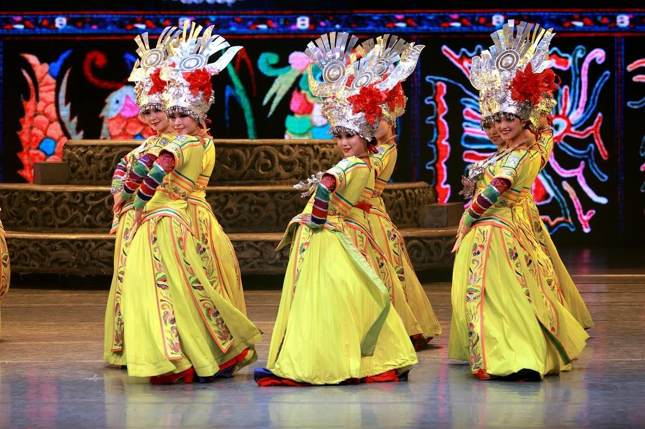 El ámbito Sinic- mujer usando el traje tradicional de china