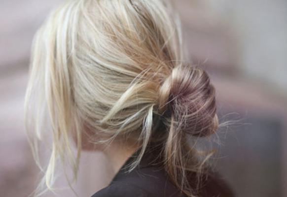 tuto coiffure facile - chignon simple - chignon décoiffé - chignon bas - coiffure tendance