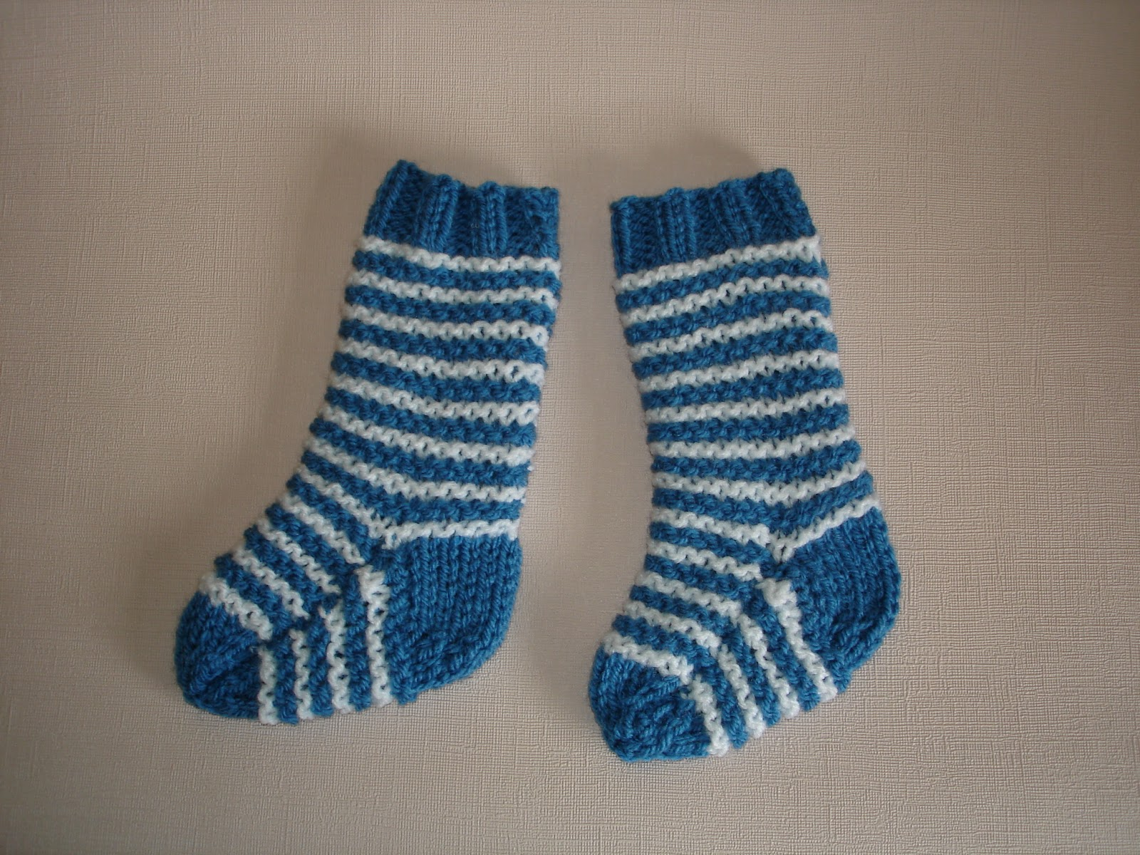 Knitted Sock Patterns On Two Needles : mariannas lazy daisy days: 2-needle baby socks