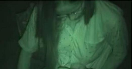 La caméra filme et j'ai du mal à regarder ce qu'il se passe entre les jambes de cette femme. Mais je ne peux pas m'en empêcher.
