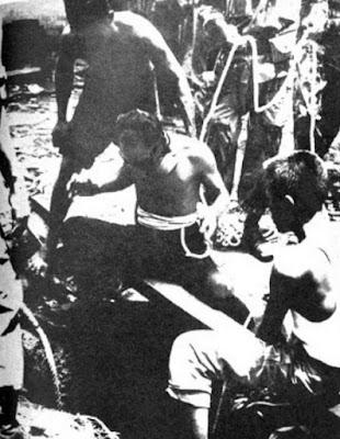 Operasi pengangkatan jenzah pahlawan revolusi saat terjadi di area angkatan udara kalibata