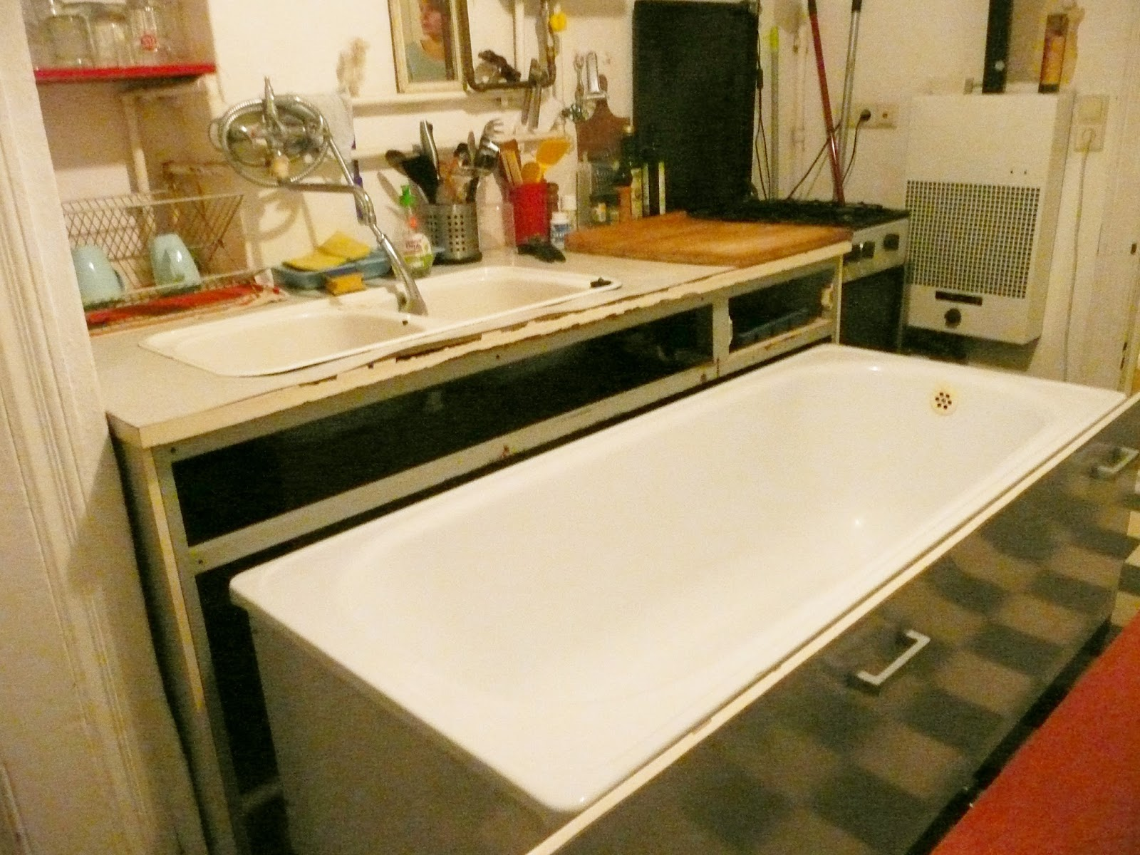 Kirschenzeit: MERKWÜRDIGES AM MITTWOCH / Badewanne in der Küche
