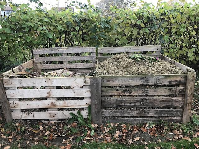 gehäckselter Staudensschnitt ist auf den Kompostbehältern aufgeteilt