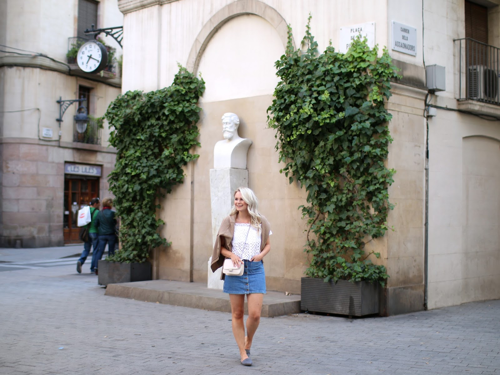 how to style a denim skirt oufit