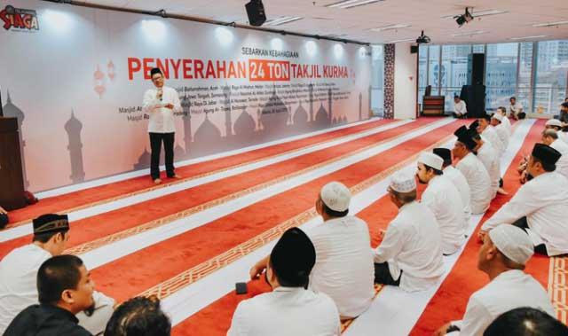 """Jakarta, Malukupost.com - Menyambut bulan Ramadan 1440 Hijriyah, Telkomsel berbagi takjil Ramadan berupa 24 ton kurma yang diserahkan kepada 20 masjid di berbagai wilayah yang mewakili daerah dari ujung barat sampai ujung timur Indonesia.     Dalam siaran pers yang diterima media ini, Rabu (1/5) Direktur Utama Telkomsel Ririek Adriansyah mengatakan, bantuan kurma tersebut merupakan salah satu cara Telkomsel untuk menyebarkan kebahagiaan untuk masyarakat umum, khususnya umat muslim, untuk berbuka puasa di bulan Ramadhan.     """"Dua puluh masjid yang memperoleh bantuan kurma adalah Masjid Raya Baiturrahman Aceh, Masjid Al Mashun Medan, Masjid Raya Padang, Masjid Istiqlal Jakarta, Masjid At Taqwa Cirebon, Masjid Agung Jawa Tengah Semarang, Masjid Nasional Al Akbar Surabaya, Masjid Agung Bangkalan Madura, Masjid At Taqwa Mataram, Masjid At Taqwa Balikpapan, Masjid Al Markas Al Islami Makassar, Masjid Al Munawar Ternate, Masjid Agung Nurul Yaqin Waisai Raja Ampat, Masjid Agung Babussalam Timika, Masjid Tarqiah Taqwa Jakarta, Masjid Raya Sabilal Muhtadin Banjarmasin, Masjid Raya Mujahidin Pontianak, Masjid Raya di Banten, Masjid Raya di Jabar & Masjid Raya di Yogyakarta,"""" ujarnya"""