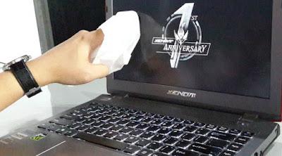 Membersihkan body dan layar laptop