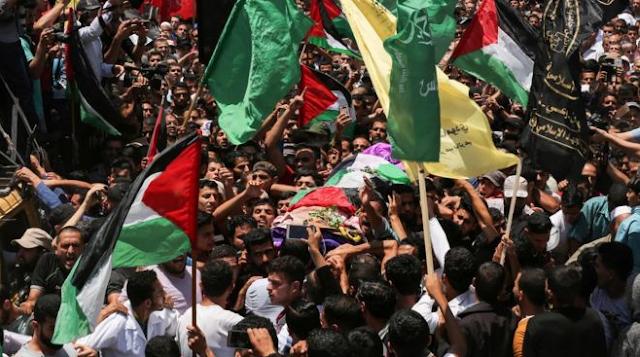 Warga Palestina mengantarkan jenazah Razan Al Najjar ke pemakaman, 1 Juni 2018