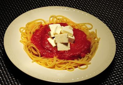 Spaghetti met saus van geroosterde paprika