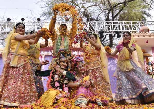 सूरजकुंड मेले की चौपाल पर बरसाने फूलो की होली का भव्य कार्यक्रम