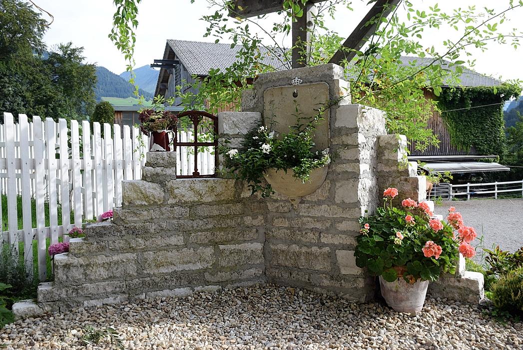 Natursteinmauer selber bauen.