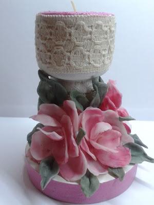 świecznik ozdobiony kwiatkami z zimnej porcelany