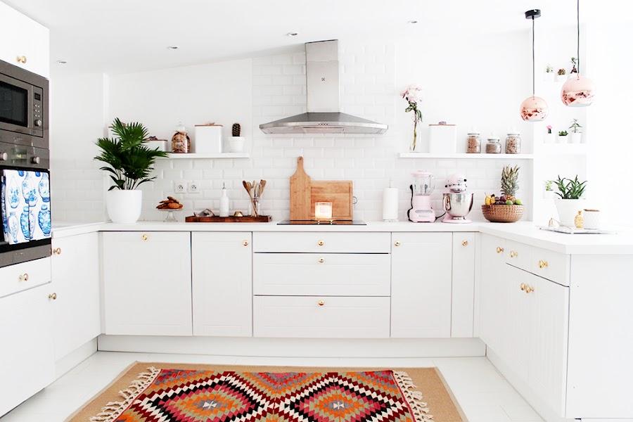 Cocina blanca decorada en oro y cobre