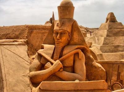 Escultura de arena faraón