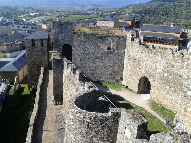 Castillo Templario de Ponferrada, muralla y paseo de ronda
