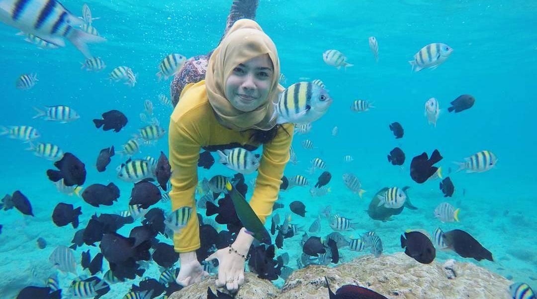 cewek cantik berenang di lautan di dalam air manis dan Pulau Rubiah