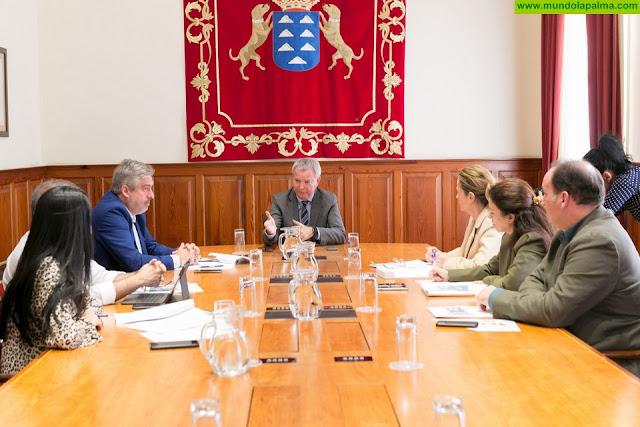 El consejero Sebastián Franquis cierra con los grupos políticos en el Parlamento sus aportaciones para consensuar el documento final del Pacto por la Vivienda Digna en Canarias