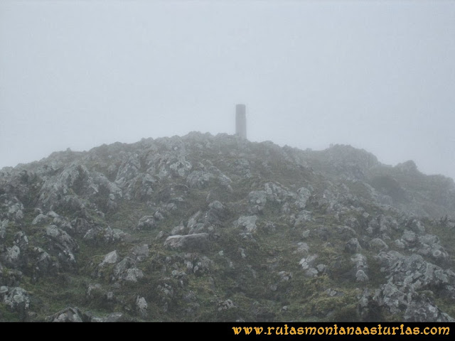 Ruta al Pico Pierzu: Cima del Pierzu entre niebla