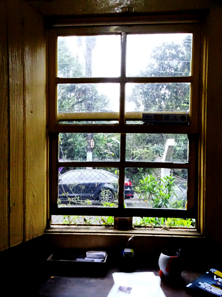 Vista para a avenida Jerimanduba na janela de um dos cômodos da floricultura