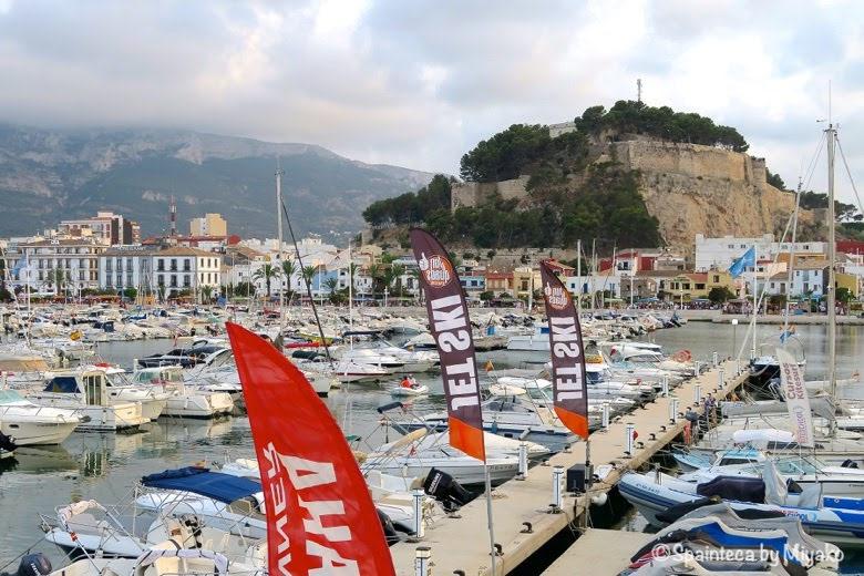 Tourism in Dénia スペインのビーチリゾートのデニアの港とヨットと岩山