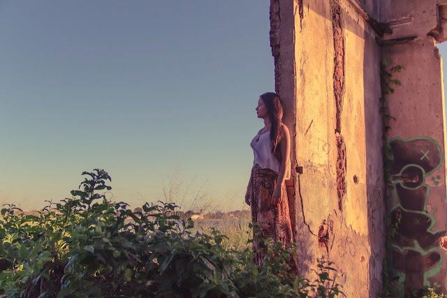 Noblah mostra seu 'infinito particular' no videoclipe de 'Carta do Louco', gravado no Acervo da Laje