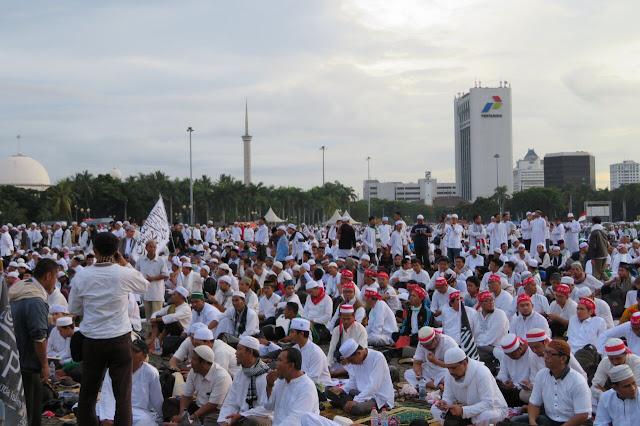 Momen - momen Aksi Super Damai 212 Dari Bersih-bersih, Sholat Subuh Berjamaah, dan Polisi Bersorban