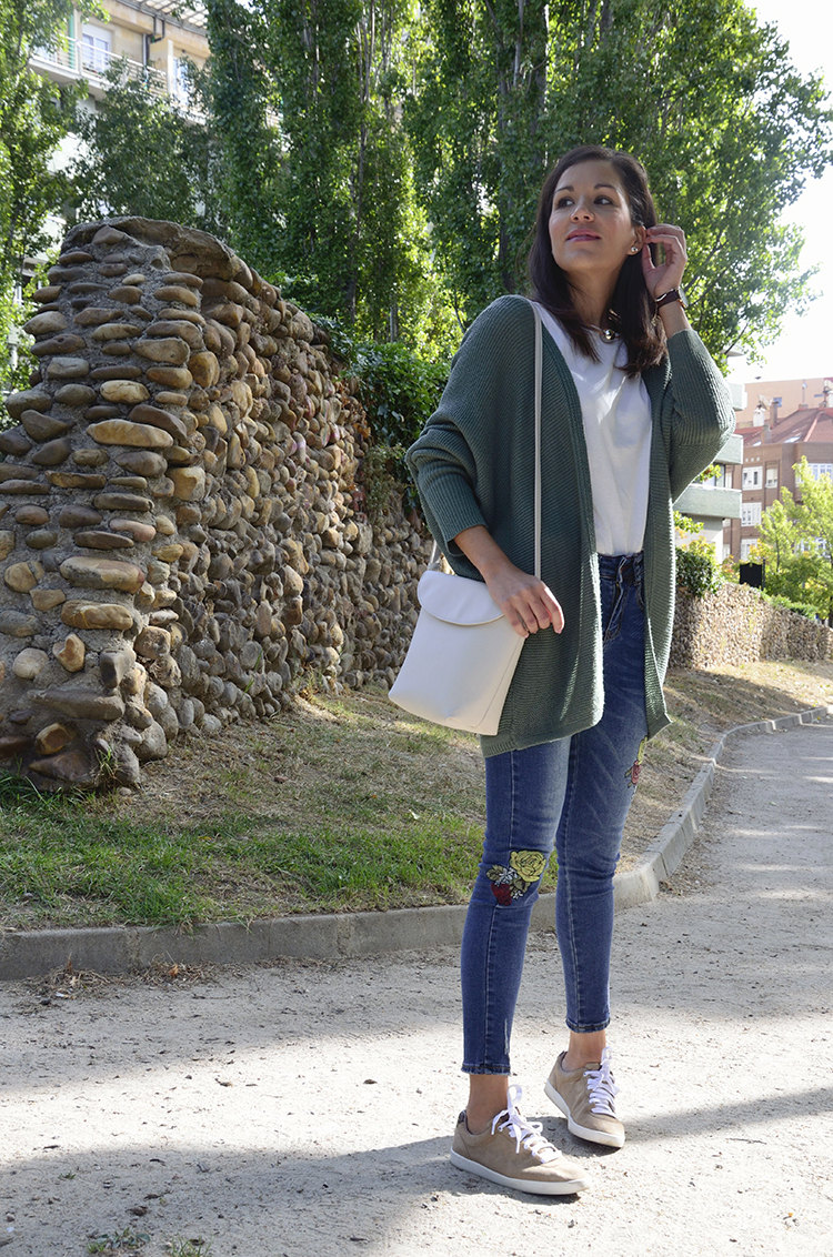 trends-gallery-blogger-look-outfit-jeans-sneakers-cardigan-casual