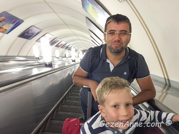 Moskova metrosunun yürüyen merdivenlerinde oğlum ve babası