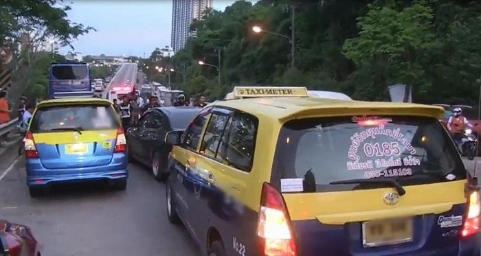 Таксисты окружили черную Тойоту