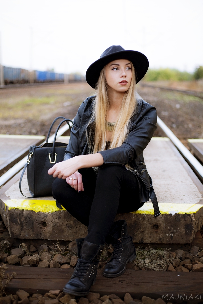 Total black / Monochrome - grunge look with hat and leather