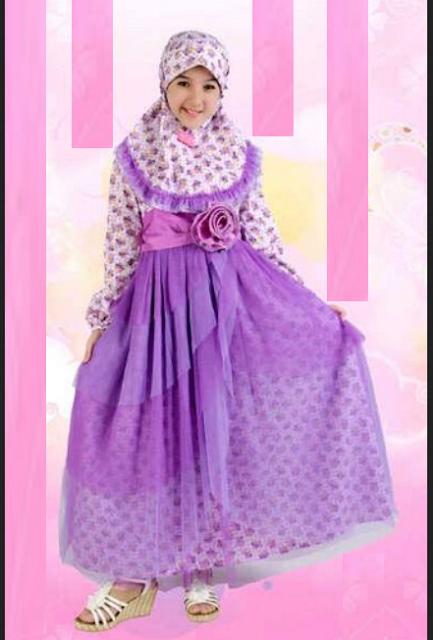 busana muslim untuk fashion show dengan aksen bunga