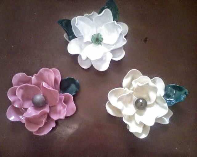 flores feitas com colheres plásticas