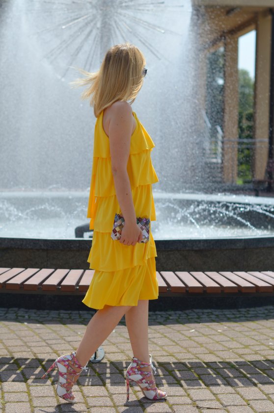 Żółta sukienka w falbany Yellow frill dress Kazar shoes