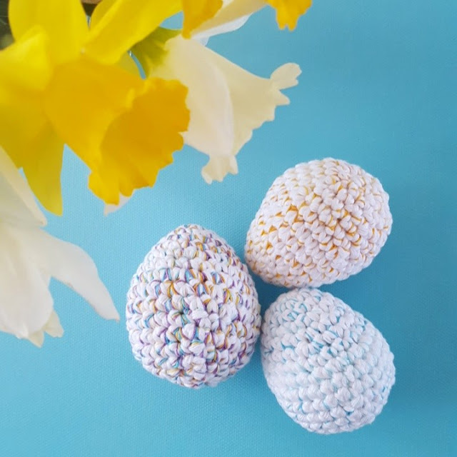 Looking for a free pattern to crochet some cute and easy eggs?  This quick and easy pattern is perfect to handmake some sweet easter decorations.