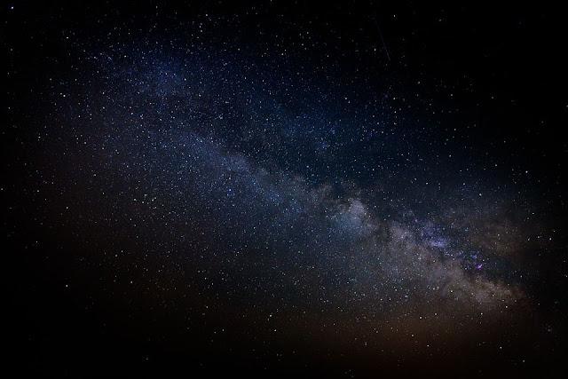 توسع الكون,تمدد الكون,الجاذبية,قوة الجاذبية,الطاقة المظلمة,المادة,آينشتاين,هابل,معادلة,ثابت كوني