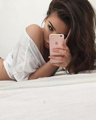 pose acostada en la cama