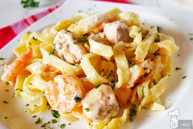 Pasta con salmón, langostinos y salsa Alfredo